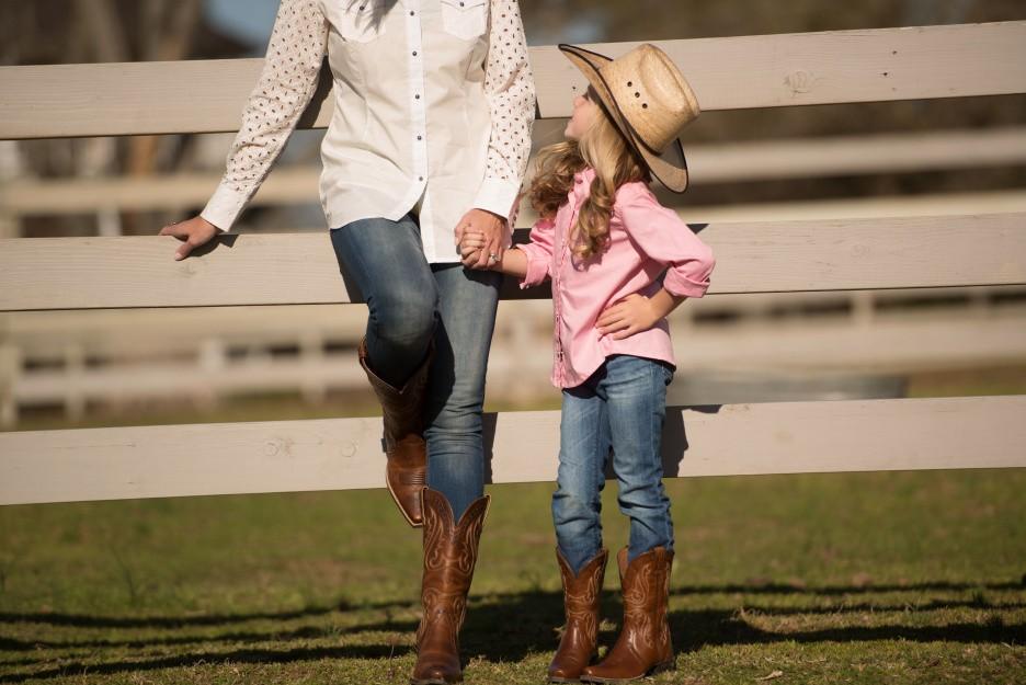 Mãe e filha  compras para combinar o look country. Encontre peças perfeitas  para deixar a sua pequena cowgirl no estilo ... 6622d37eb78